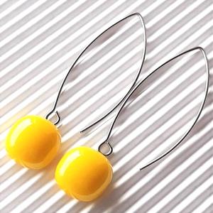 Nárcisz - élénk sárga maxi kocka üveg fülbevaló orvosi fém design akasztón, üvegékszer, Ékszer, Fülbevaló, Lógó fülbevaló, Ékszerkészítés, Üvegművészet, Élénk sárga ékszerüvegből olvasztottam a kocka alakú, minimal stílusú üveget, színe a citromsárga és..., Meska