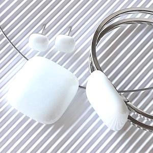 Hófehér üveg medál, karkötő fém pánton és fülbevaló orvosi fém bedugón, minimal, üvegékszer szett - Meska.hu