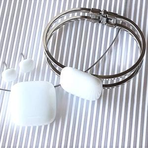 Hófehér üveg medál, karkötő fém pánton és fülbevaló orvosi fém bedugón, minimal, üvegékszer szett - ékszer - ékszerszett - Meska.hu