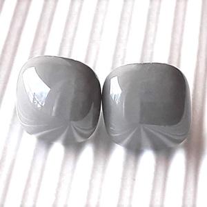 Orvosi fém alapon Galambszürke kocka üveg fülbevaló, üvegékszer, Ékszer, Fülbevaló, Pötty fülbevaló, Ékszerkészítés, Üvegművészet, Középszürke, galamb árnyalatú, könnyű, bedugós fülbevaló, trendi kocka formában. \n\nMérete: kb. 0,9 -..., Meska