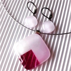 Nemesacél: Tulipánbimbó rózsaszín-málnában mozaik üveg medál és franciakapcsos fülbevaló, üvegékszer szett , Ékszer, Ékszerszett, Ékszerkészítés, Üvegművészet, A legmagasabb minőségű púderrózsaszín, fehér és áttetsző málna ékszerüvegekből, mozaik technikával k..., Meska