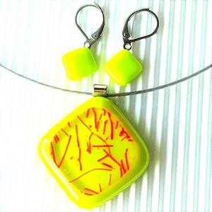 Nemesacél: Csillaghullás banánzöldben rombusz üveg medál és franciakapcsos fülbevaló, üvegékszer szett, Ékszer, Ékszerszett, Ékszerkészítés, Üvegművészet, Élénk neonos sárgás-zöld alapot narancs-piros üstökös mintás ékszerüveggel díszítettem. Hozzá rombus..., Meska