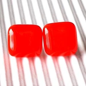 Orvosi fém alapon Narancs kocka üveg fülbevaló, üvegékszer, Ékszer, Fülbevaló, Pötty fülbevaló, Ékszerkészítés, Üvegművészet, Ragyogó narancs színű, trendi, kocka formájú, könnyű fülbevaló.\n\nMérete: kb. 0,9 x 0,9 cm, orvosi fé..., Meska
