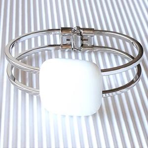 Hófehér kocka üveg karkötő fém pánton, minimal, üvegékszer - ékszer - karkötő - karkötő medállal - Meska.hu