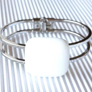 Hófehér kocka üveg karkötő fém pánton, minimal, üvegékszer, Ékszer, Karkötő, Karkötő medállal, Ékszerkészítés, Üvegművészet, Hófehér ékszerüvegből olvasztottam ezt az elegáns, trendi ékszert. Kocka helyett rombusz formában is..., Meska