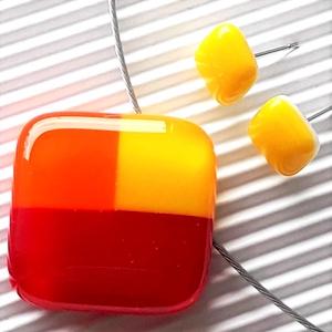 NEMESACÉL: Tulipánbimbó piros-sárgában mozaik üveg medál és fülbevaló orvosi fém bedugón, üvegékszer szett , Ékszer, Ékszerszett, Ékszerkészítés, Üvegművészet, Piros, nárcisz-sárga és élénk narancs ékszerüvegekből, mozaik technikával készítettem ezt a feltűnő,..., Meska
