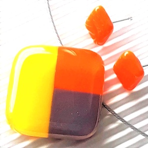 NEMESACÉL: Tulipánbimbó sárgában mozaik üveg medál és fülbevaló orvosi fém bedugón, üvegékszer szett , Ékszer, Ékszerszett, Ékszerkészítés, Üvegművészet, Nárcisz-sárga, élénk narancs és orgonalila ékszerüvegekből, mozaik technikával készítettem ezt a fel..., Meska