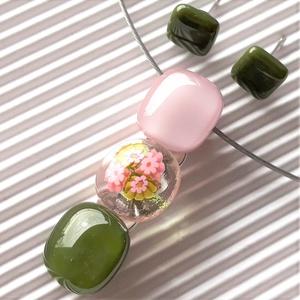 """Romantikus vintage virág-gyöngysor üveg medál + mohazöld fülbevaló orvosi fém bedugón, millefiori, üvegékszer, Ékszer, Ékszerszett, Ékszerkészítés, Üvegművészet, Sápadt lilás rózsaszín és mohazöld ékszerüvegekből olvasztottam a nyakék felső és alsó \""""gyöngyszemét..., Meska"""