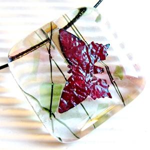Pillangó a vadrózsabokorban üveg medál nemesacél akasztón, nyaklánc, üvegékszer, Ékszer, Nyaklánc, Medálos nyaklánc, Ékszerkészítés, Üvegművészet, Meska