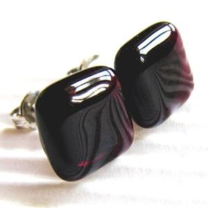 Pinkes meggybordó kocka üveg fülbevaló orvosi fém bedugón, üvegékszer, Ékszer, Fülbevaló, Pötty fülbevaló, Üvegművészet, Ékszerkészítés, Áttetsző, sötét pinkes bíbor lila ékszerüvegből olvasztottam a bedugós fülbevalót. Elegáns, nőies sz..., Meska