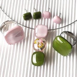 """Romantikus vintage virág-gyöngysor üveg medál + 2 db gyűrű és 2 pár fülbevaló orvosi fém bedugón, millefiori, üvegékszer, Ékszer, Ékszerszett, Ékszerkészítés, Üvegművészet, Sápadt lilás rózsaszín és mohazöld ékszerüvegekből olvasztottam a nyakék felső és alsó \""""gyöngyszemét..., Meska"""