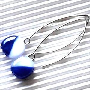 Tengerész kék-fehér lógós kocka üveg fülbevaló hosszú, trendi, design orvosi fém akasztón, üvegékszer - Meska.hu