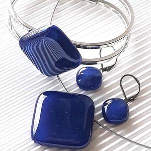 Tengerészkék üveg kocka medál, gyűrű, karkötő platinázott karperecen és fülbevaló orvosi fém bedugón, üvegékszer szett - Meska.hu