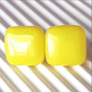 Citromsárga kocka üveg fülbevaló orvosi fém bedugón, üvegékszer, Ékszer, Fülbevaló, Pötty fülbevaló, Ékszerkészítés, Üvegművészet, Érett citromra emlékeztető, élénk sárga színű, könnyű, bedugós kocka fülbevaló, orvosi fém alapon.\n\n..., Meska