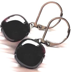 Pinkes meggybordó kocka üveg fülbevaló orvosi fém franciakapcsos akaszón, üvegékszer - Meska.hu