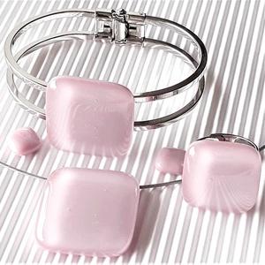 Sápadt rózsaszín üveg kocka medál, gyűrű, karkötő és fülbevaló orvosi fém bedugón, üvegékszer szett, Ékszer, Ékszerszett, Ékszerkészítés, Üvegművészet, Meska