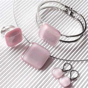 Sápadt rózsaszín üveg kocka medál és fülbevaló orvosi fém bedugón, üvegékszer szett - Meska.hu