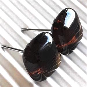 Kávébarna kocka üveg fülbevaló orvosi fém alapon, üvegékszer, Ékszer, Fülbevaló, Pötty fülbevaló, Ékszerkészítés, Üvegművészet, Sötét, áttetsző kávébarna ékszerüvegből olvasztottam a különlegesen szép mély barna színű fülbevalók..., Meska