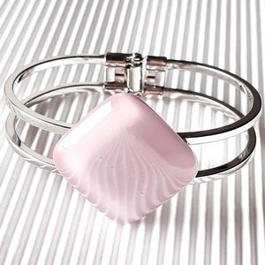 Sápadt rózsaszín üveg rombusz karkötő fém karperecen, üvegékszer, Ékszer, Karkötő, Karkötő medállal, Ékszerkészítés, Üvegművészet, Sápadt lilás-rózsaszín ékszerüvegből olvasztottam ezt az elegáns, minimal ékszert.  Mutatós, letiszt..., Meska