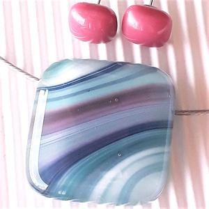 Hullámzó türkizkék-pink kocka üveg medál és bedugós málna fülbevaló orvosi fém alapon, üvegékszer szett, Ékszer, Ékszerszett, Ékszerkészítés, Üvegművészet, Meska