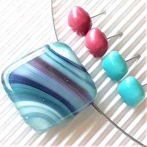 Hullámzó türkizkék-pink kocka üveg medál és bedugós türkiz-málna fülbevalók orvosi fém alapon, üvegékszer szett - Meska.hu