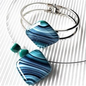 Smaragd-kék selyemcsillám üveg rombusz medál, karkötő és fülbevaló orvosi fém bedugón, üvegékszer szett - ékszer - ékszerszett - Meska.hu