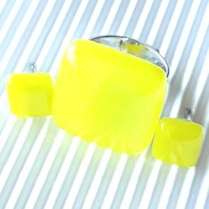 Citromsárga üveg gyűrű és fülbevaló orvosi fém bedugón, minimal, üvegékszer szett - Meska.hu
