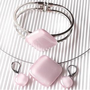 Sápadt rózsaszín üveg rombusz medál, karkötő és franciakapcsos fülbevaló NEMESACÉL/ORVOSI FÉM, üvegékszer szett - Meska.hu