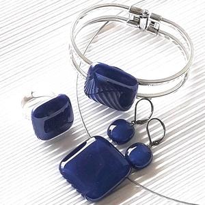 Tengerészkék üveg kocka medál, karkötő platinázott karperecen és franciakapcsos fülbevaló, üvegékszer szett - ékszer - ékszerszett - Meska.hu
