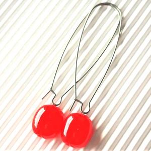 Ferrari piros ovális üveg fülbevaló franciakapcsos, orvosi fém akasztón, üvegékszer - ékszer - fülbevaló - lógó fülbevaló - Meska.hu