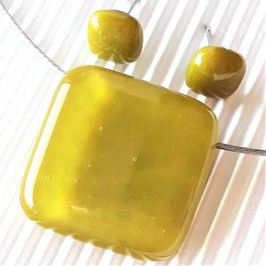 Jade sárgás-zöld üveg medál és fülbevaló, NEMESACÉL/ORVOSI FÉM, üvegékszer szett, Ékszer, Ékszerszett, Ékszerkészítés, Üvegművészet, Meska