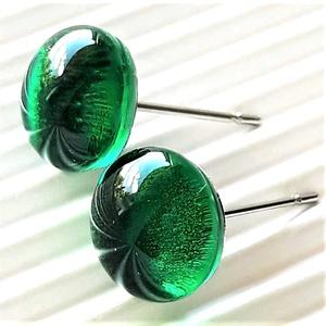 Smaragd zöld pötty üveg fülbevaló orvosi fém alapon, , üvegékszer, Ékszer, Fülbevaló, Pötty fülbevaló, Ékszerkészítés, Üvegművészet, Meska