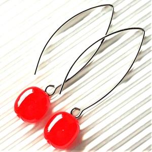 Ferrari piros ovális üveg fülbevaló hosszú, design, orvosi fém akasztón, üvegékszer, Ékszer, Fülbevaló, Lógó fülbevaló, Ékszerkészítés, Üvegművészet, Meska
