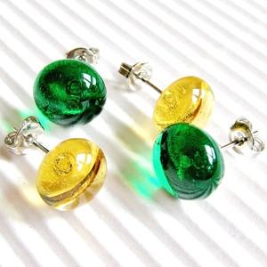 Smaragd zöld és aranysárga, áttetsző kerek üveg fülbevalók orvosi fém bedugón, üvegékszer szett - ékszer - fülbevaló - pötty fülbevaló - Meska.hu