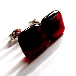 Rubin vörös kocka üveg fülbevaló orvosi fém alapon, üvegékszer, Ékszer, Fülbevaló, Pötty fülbevaló, Ékszerkészítés, Üvegművészet, Meska