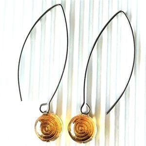 Aranysárga körforgás design pötty üveg lógós fülbevaló nemesacél alapon, üvegékszer, Ékszer, Fülbevaló, Lógós kerek fülbevaló, Ékszerkészítés, Üvegművészet, Meska