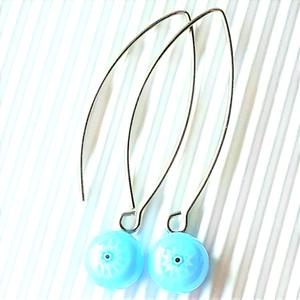 Égszínkék csillagvirág millefiori üveg fülbevaló orvosi fém bedugón, üvegékszer  - ékszer - fülbevaló - pötty fülbevaló - Meska.hu