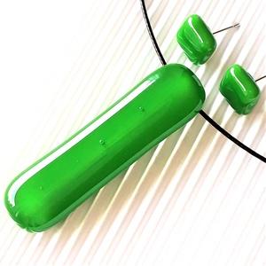 Fűzöld elegáns üveg medál és fülbevaló, NEMESACÉL/ORVOSI FÉM, minimal design, üvegékszer szett, Ékszer, Ékszerszett, Ékszerkészítés, Üvegművészet, Meska