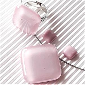Sápadt rózsaszín üveg rombusz medál, gyűrű és fülbevaló orvosi fém bedugón, üvegékszer szett, Ékszer, Ékszerszett, Ékszerkészítés, Üvegművészet, Meska