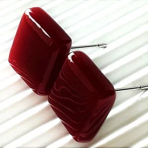 Meggybordó kocka üveg fülbevaló ORVOSI FÉM bedugón, üvegékszer, Ékszer, Fülbevaló, Pötty fülbevaló, Ékszerkészítés, Üvegművészet, Meska