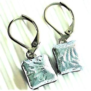 Ezüst szirom dichroic üveg fülbevaló orvosi fém franciakapcsos akasztón, üvegékszer, Ékszer, Fülbevaló, Lógó fülbevaló, Ékszerkészítés, Üvegművészet, Meska