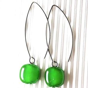 Fűzöld kocka lógós üveg fülbevaló orvosi fém hosszú, trendi alapon, üvegékszer, Ékszer, Fülbevaló, Lógó fülbevaló, Ékszerkészítés, Üvegművészet, Meska