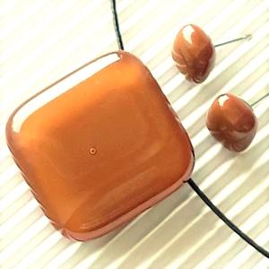 Karamell üveg kocka medál és fülbevaló, NEMESACÉL/ORVOSI FÉM, üvegékszer szett, Ékszer, Ékszerszett, Ékszerkészítés, Üvegművészet, Meska