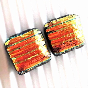Arany-piros szárnyú szentjánosbogárka kocka dichroic üveg fülbevaló orvosi fém alapon , üvegékszer, Ékszer, Fülbevaló, Pötty fülbevaló, Ékszerkészítés, Üvegművészet, Meska