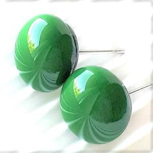 Smaragd zöld kerek üveg fülbevaló, orvosi fém alapon, pötty, üvegékszer, Ékszer, Fülbevaló, Pötty fülbevaló, Ékszerkészítés, Üvegművészet, Meska