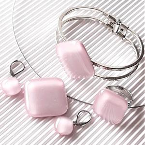 Sápadt rózsaszín üveg rombusz medál, gyűrű, karkötő és orvosi fém franciakapcsos fülbevaló, üvegékszer szett - Meska.hu