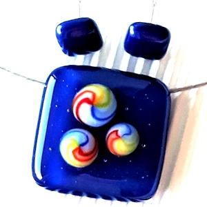 Tengerészkék szivárvány üveg kocka medál és fülbevaló, NEMESACÉL/ORVOSI FÉM, üvegékszer szett , Ékszer, Ékszerszett, Ékszerkészítés, Üvegművészet, Meska