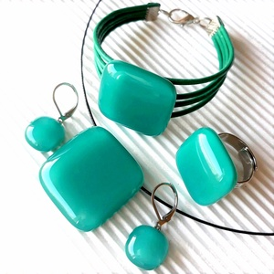 Hamvas smaragd üveg kocka medál, gyűrű, karkötő és fülbevaló ORVOSI FÉM franciakapcsos akasztón, üvegékszer szett, Ékszer, Ékszerszett, Ékszerkészítés, Üvegművészet, Meska