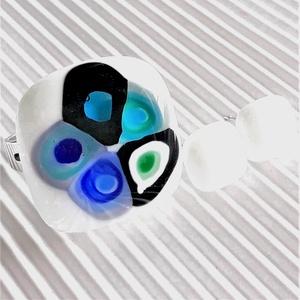 Hundertwasser gyűrű hófehér/türkiz-kékben és fehér kocka fülbevaló ORVOSI FÉM bedugón, üvegékszer szett, Ékszer, Ékszerszett, Ékszerkészítés, Üvegművészet, Meska