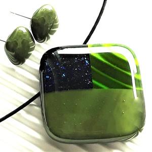 Kéken szikrázó zöld mozaik üveg medál és fülbevaló NEMESACÉL/ORVOSI FÉM, üvegékszer szett , Ékszer, Ékszerszett, Ékszerkészítés, Üvegművészet, Meska